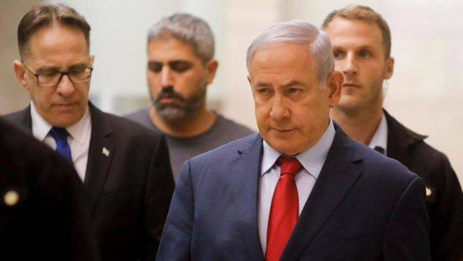 O primeiro-ministro de Israel, Benjamin Netanyahu, indo para reunião de partido no Parlamento de Israel, Jerusalém, 29 de maio