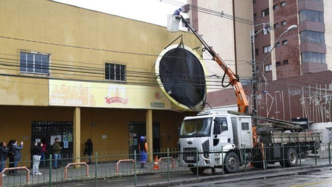Cama elástica levada pelo vento teve de ser retirada por equipe da Copel na Avenida Paraná, no Boa Visa.