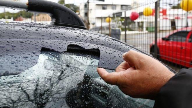 Loja de automóveis no Boa Vista teve oito carros com prejuízo por causa da chuva nesta quinta-feira (30).