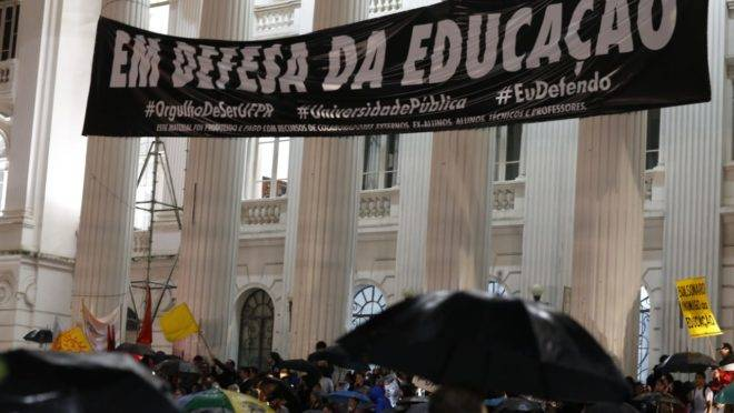 Ato em defesa da educação em Curitiba tem nova faixa na UFPR e convocação para greve geral