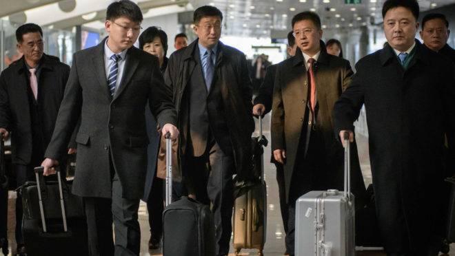 Negociador norte-coreano Kim Hyok Chol (ao centro)