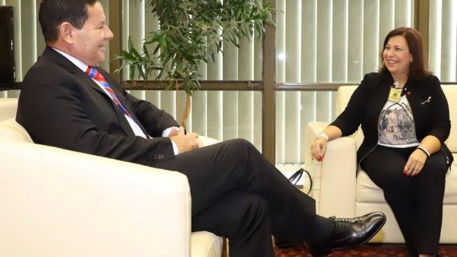 Representante de Juan Guaidó no Brasil, María Teresa Belandria, em reunião com o vice-presidente Hamilton Mourão, em 15 de abril