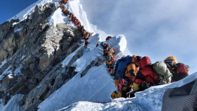 O vazio da abundância explica o que ainda leva pessoas a arriscarem a vida para chegarem ao cume do Everest.