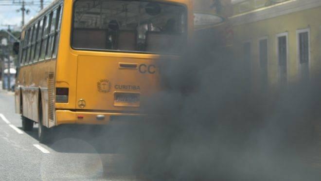 Poluição que sai dos escapamentos dos veículos a diesel dispersa no ar e provoca várias doenças, entre elas câncer. Foto: Antonio Costa/Arquivo Gazeta do Povo