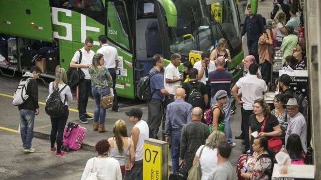 Pessoas embarcando em ônibus