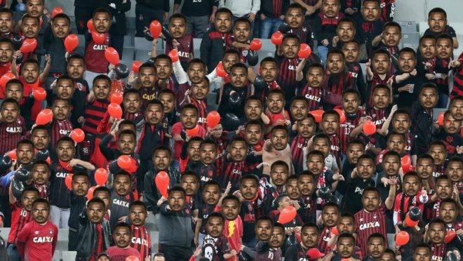 Montagem com torcedores do Athletico e a máscara de Nikão.
