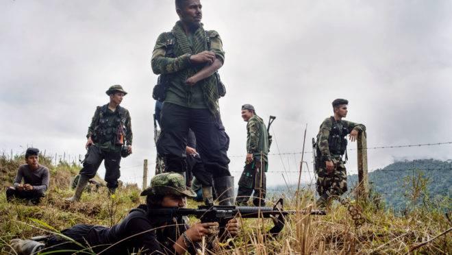 Um rebelde novato nas Forças Armadas Revolucionárias da Colômbia (Farc) é treinado por um veterano nas montanhas ao norte de Medellin, Colômbia, em 31 de agosto de 2018