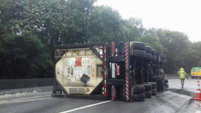Caminhão com carga perigosa tombou no quilômetro 659, Guaratuba, da BR 376. Foto:  Autopista Litoral Sul.
