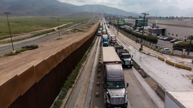 Tarifas ameaçam movimento de caminhões entre EUA e México