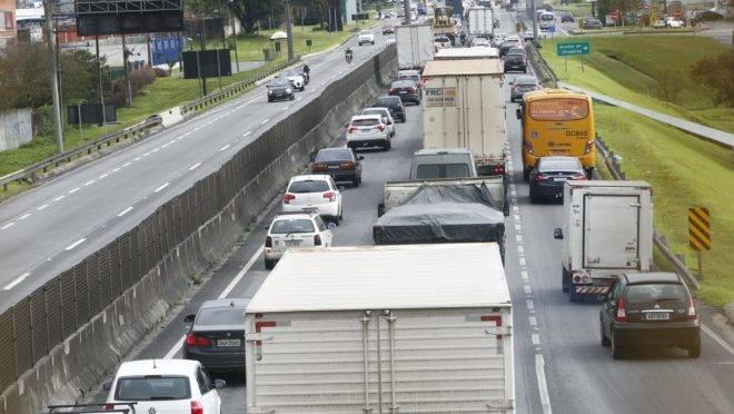 Fila de carros em rodovia