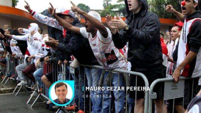 Torcida do São Paulo protesta.