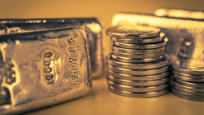 Ouro em barras e moedas.
