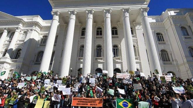 Manifestantes tomam as escadarias do prédio histórico da UFPR, na Praça Santos Andrade | Ivonaldo Alexandre/Gazeta do Povo