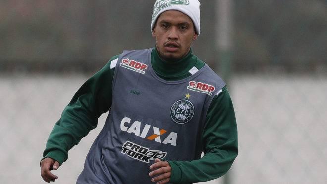 Carlos Eduardo durante treino no Coritiba.