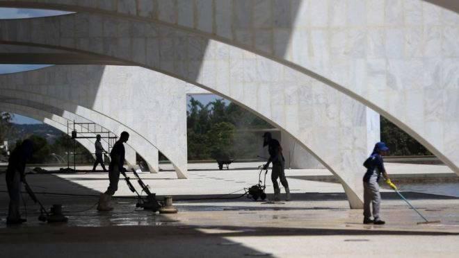 Funcionários fazem limpeza e manutenção no Palácio do Planalto.