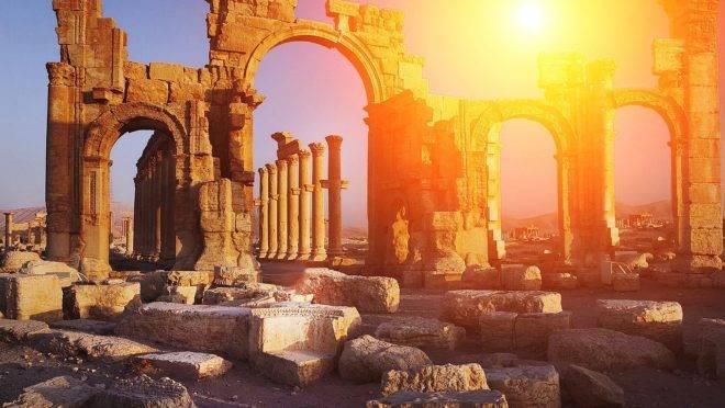 """Ao rir da decadência do Império Romano, """"O Satiricon"""", clássico de Petrônio, lança luz sobre a decadência do nosso tempo."""
