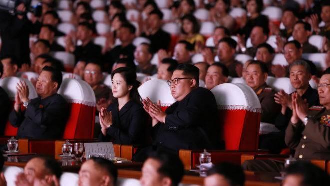 Kim Jong-un e sua esposa Ri Sol-Ju em um evento de militares neste domingo (2)