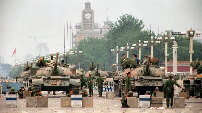 Foto de tanques fazendo a guarda da Praça da Paz Celestial, tirada em 6 de junho de 1989, dois dias após o massacre dos estudantes no mesmo local.