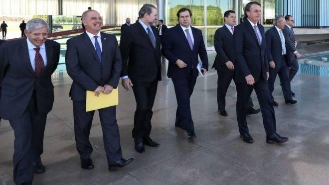 O presidente Jair Bolsonaro recebe os presidentes do Supremo Tribunal Federal, ministro Dias Toffoli, da Câmara dos Deputados, Rodrigo Maia, do Senado, Davi Alcolumbre e ministros, no Palácio da Alvorada.
