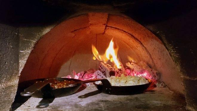 Forno a lenha para preparar o filé mignon e as batatas gratinadas com queijo gruyère. (Fotos/ Divulgação)