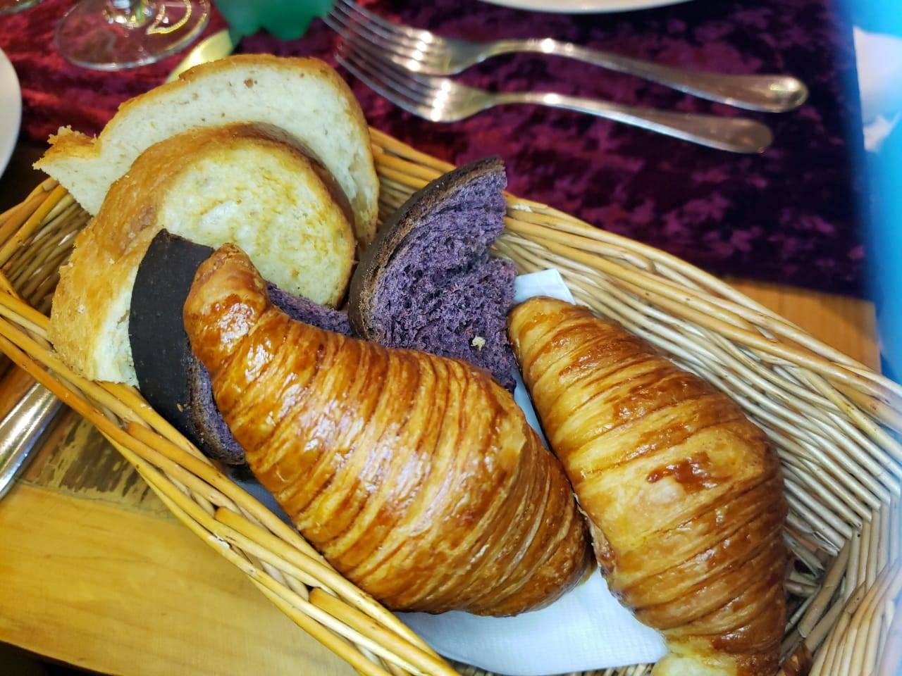 Os pães que compõem o couvert do Armazém Italiano - incluindo o pão de farinha de uva.