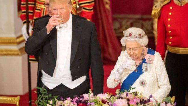 A rainha Elizabeth II recebe o presidente dos EUA Donald Trump e a primeira-dama para um banquete no Palácio de Buckingham, em Londres, 3 de junho, primeiro dia da visita de Estado do presidente ao Reino Unido