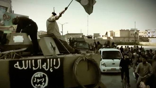 Terroristas do Estado Islâmico em um veículo blindado na província de Anbar, no Iraque