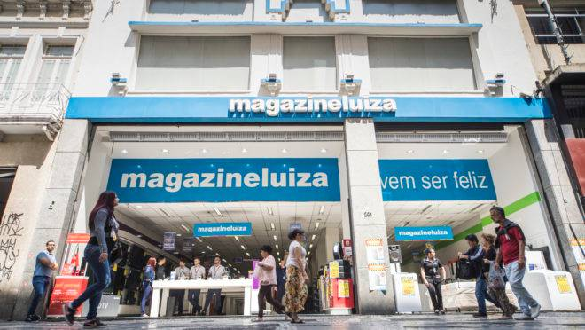 Fachada do Magazine Luiza com pedestres caminhando na calçada