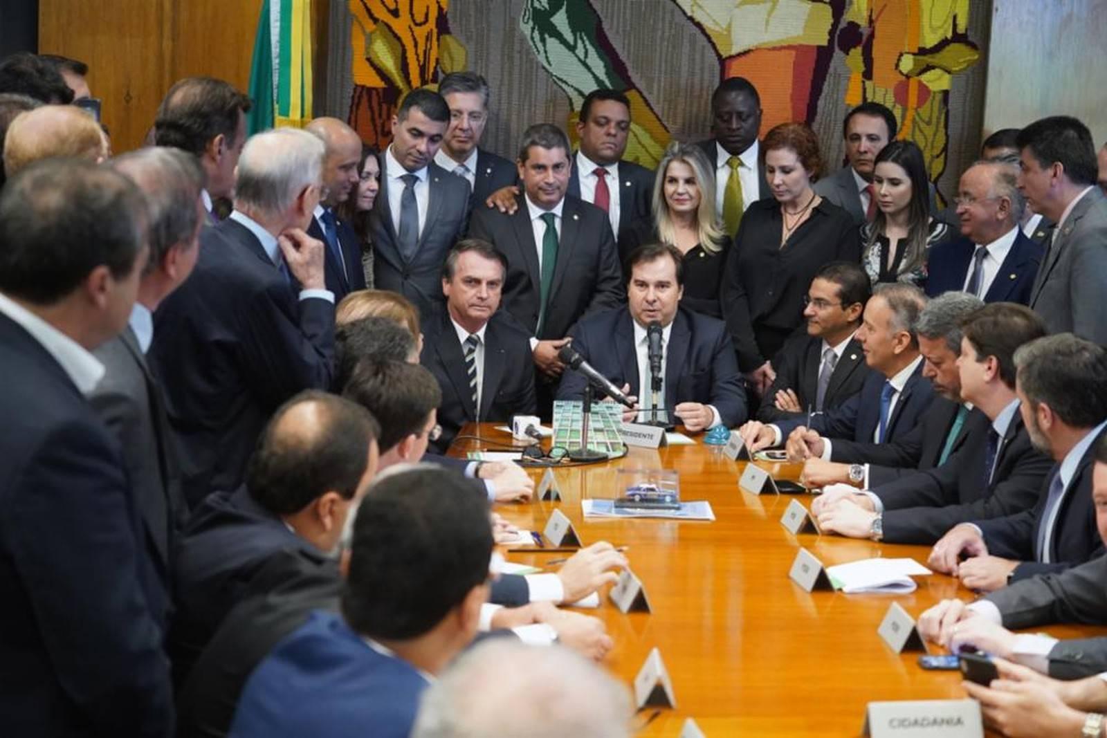 Presidente Jair Bolsonaro entrega o Projeto de Lei a Rodrigo Maia, presidente da Câmara. Foto: Foto: Pablo Valadares/ Câmara dos Deputados