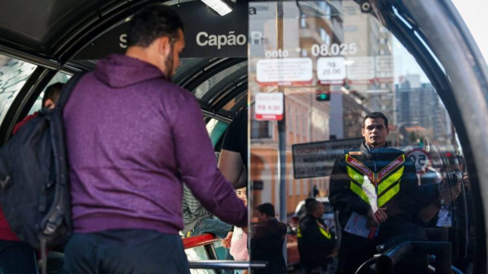 Controladores vão barrar fura-catracas nas estações-tubo de Curitiba