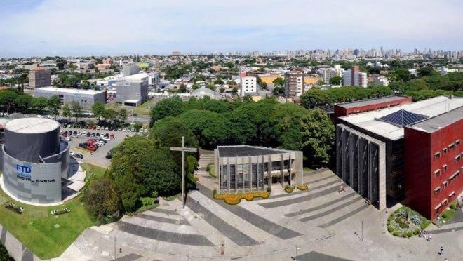 Parte do campus Curitiba da PUCPR. Na foto, capela e biblioteca