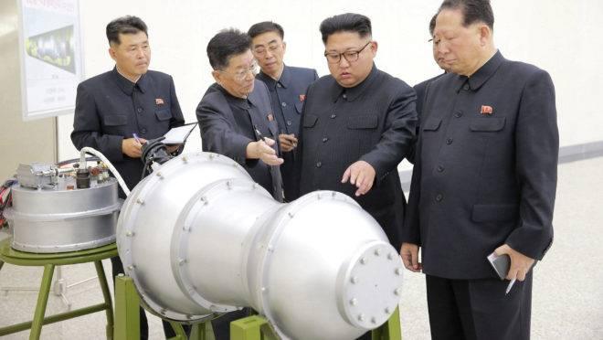 O ditador da Coreia do Norte, Kim Jong-un, inspeciona uma suposta bomba de hidrogênio em 2017