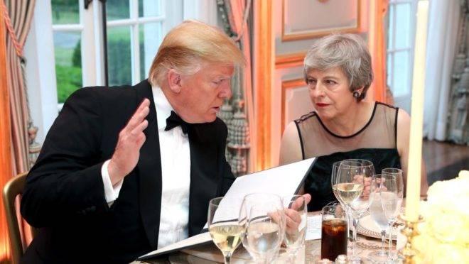O presidente dos Estados Unidos, Donald Trump, conversa com a primeira-ministra britânica, Theresa May, durante jantar na Winfield House, residência do embaixador americano, onde Trump está hospedado durante sua visita à Londres, em 4 de junho