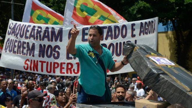 Manifestantes protestam na Assembleia Legislativa (Alerj), centro da capital fluminense, contra o pacote de corte de gastos do governo do estado.