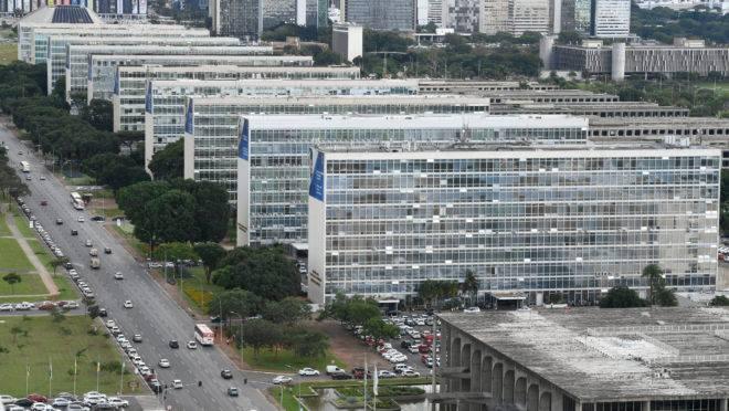 Esplanada dos Ministérios, em Brasília: funcionalismo público concentra renda, consome altos recursos e emperra a máquina que devia servir a população.