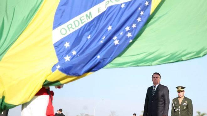 O Presidente da República, Jair Bolsonaro, participa da cerimônia de hasteamento da Bandeira Nacional, na área externa do Palácio da Alvorada.