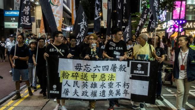 Ativistas marcham em Hong Kong em memória ao massacre dos estudantes ocorrido no dia 4 de junho de 1989 em Pequim.
