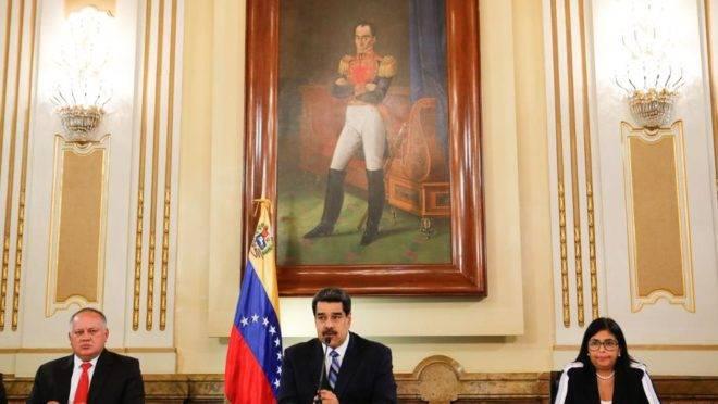 O ditador da Venezuela, Nicolás Maduro, discursa ao lado de sua vice, Delcy Rodriguez, e do presidente da Assembleia Nacional Constituinte, Diosdado Cabello, no Palácio de Miraflores, em Caracas, 4 de junho