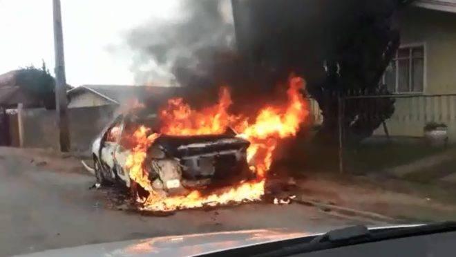 Carro pega fogo em Curitiba