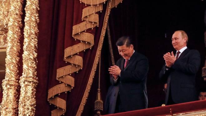 O presidente russo, Vladimir Putin, e o presidente chinês, Xi Jinping, participam de uma noite de gala dedicada ao 70º aniversário do estabelecimento de relações diplomáticas entre Rússia e China no Teatro Bolshoi, em Moscou