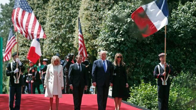 Os presidentes dos EUA, Donald Trump, e da França, Emmanuel Macron, acompanhados das respectivas primeiras-damas, durante cerimônia do 75.º aniversário do Dia D.
