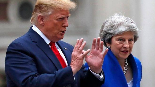 O presidente americano Donald Trump e a primeira-ministra britânica Theresa May caminham para uma entrevista coletiva em Londres, 4 de junho