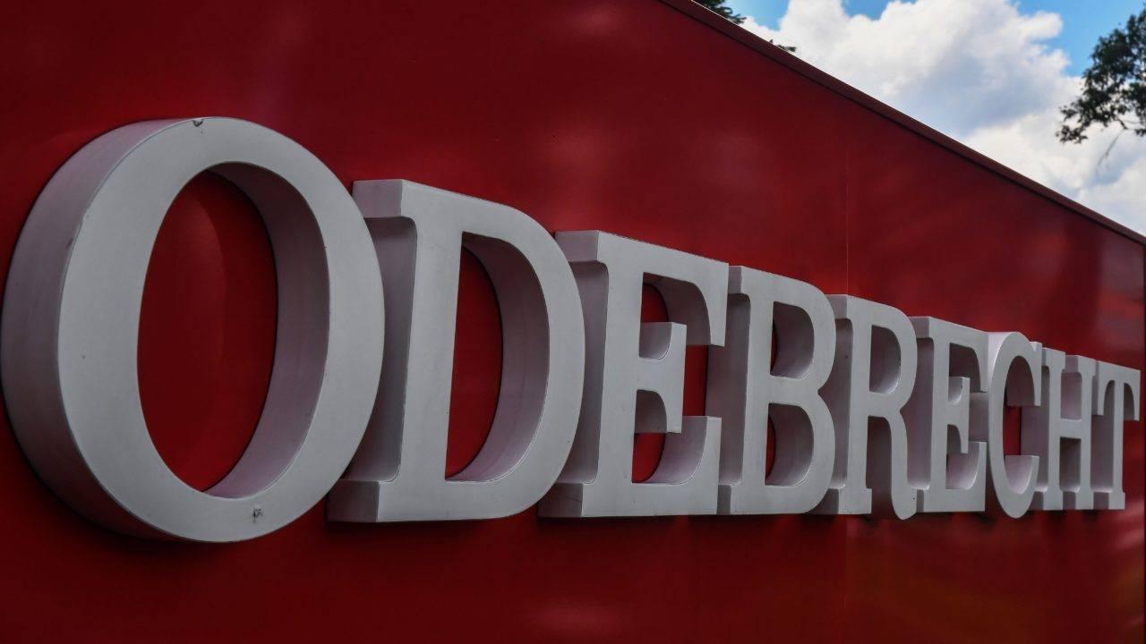 Logomarca da Odebrecht em uma placa