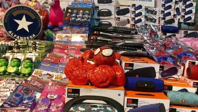 Brinquedos e eletrônicos vindos da China e apreendidos pela Receita Federal em maio.