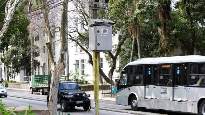 Radar instalado em rua de Curitiba.