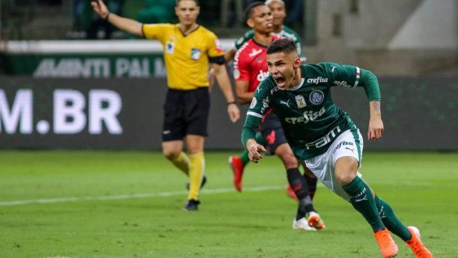 Raphael Veiga comemora seu gol durante a partida entre Palmeiras x Athletico, realizada no Allianz Parque, válida pela 8ª rodada do Campeonato Brasileiro 2019.