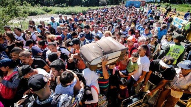 Pessoas fazem fila para atravessar a ponte internacional Simon Bolívar de San Antonio del Tachira, na Venezuela, para Cucuta, na Colômbia, para comprar mercadorias devido à falta de suprimentos em seu país, neste sábado. Foto: Schneyder Mendoza | AFP.