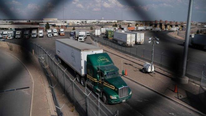 A imagem mostra um caminhão seguindo dos EUA para o México: além de aumentar a venda de produtos para o país vizinho, os americanos querem maior fiscalização na fronteira.