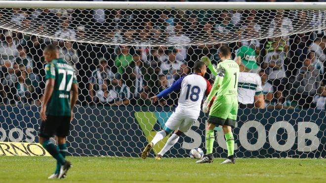 Jenison (camisa 18) quando marcou o gol contra o Coritiba. Foto: Hedeson Alves/Gazeta do Povo