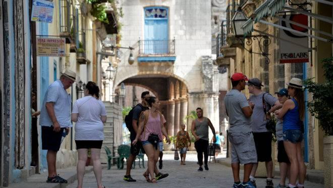 Turistas visitam Havana, Cuba